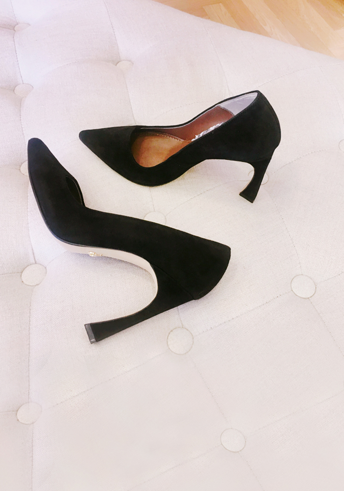 Pointy-toe suede heels / black