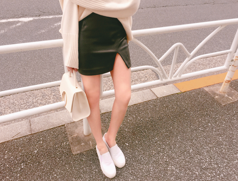 Slit leather mini skirt / black