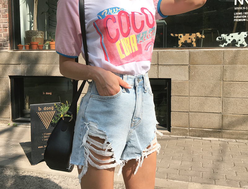 Fully demaged denim shorts