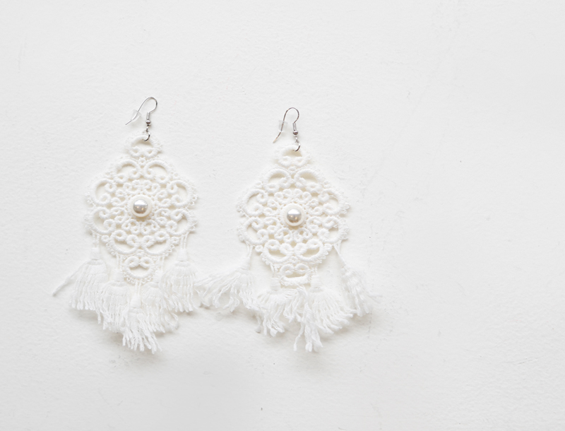 Dream catcher knitted earring / white